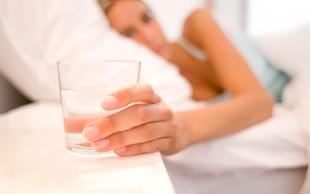 Imate navado zvečer k postelji prinesti kozarec vode? Zakaj tega ni dobro početi …