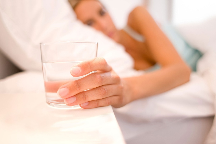 Eden od načinov, ki ga pogosto uporablja, je, da ima ob sebi vedno kozarec vode. Medtem ko dela, ko bere, …