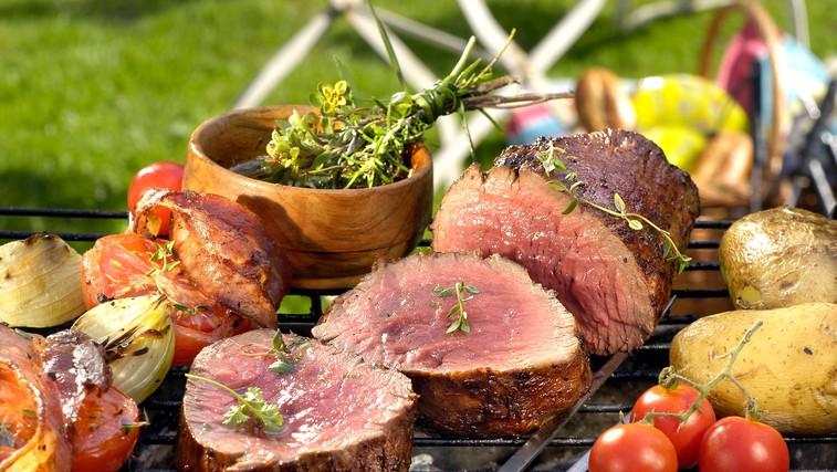 Boste zakurili žar? Ponudite najboljši steak, pečene kozice in krompir z zelišči (foto: profimedia)