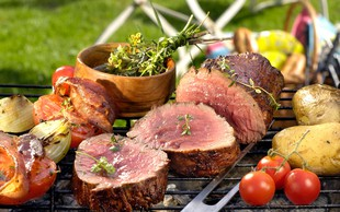 Boste zakurili žar? Ponudite najboljši steak, pečene kozice in krompir z zelišči