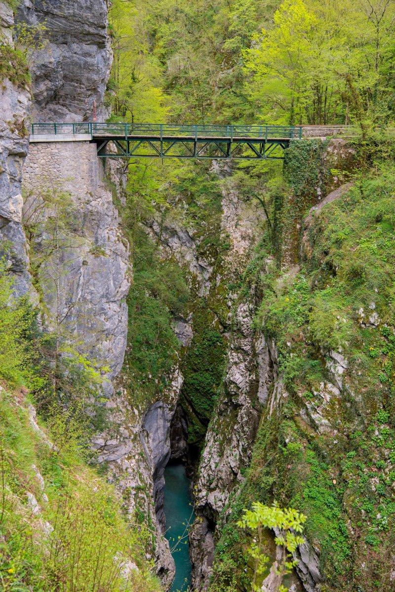 Hudičev most se dviga 60 metrov nad reko Tolminko.