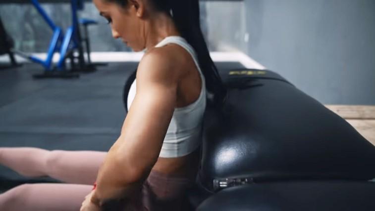Če želite okrepiti mišice zadnjice, vključite to vajo (foto: Jeff Nippard | YouTube)