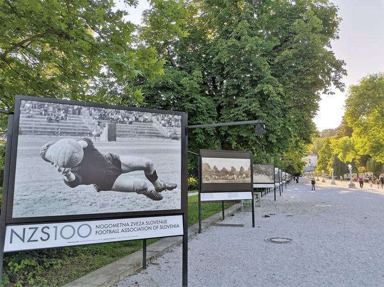 Ob jubileju je nogometna zveza razstavila 80 fotografij, ki bodo med 15. majem in 15. avgustom na ogled na Jakopičevem …