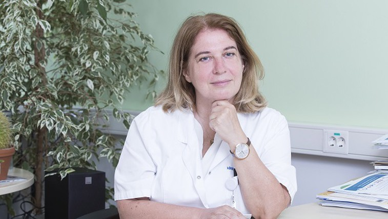 """Doc. dr. Jana Brguljan Hitij: """"Redno merjenje krvnega tlaka je edina možnost, da izvemo za visok pritisk in preprečimo hude posledice"""" (foto: Andrej Križ)"""