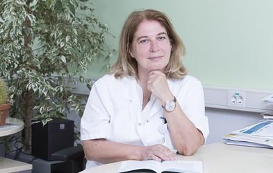 """Doc. dr. Jana Brguljan Hitij: """"Redno merjenje krvnega tlaka je edina možnost, da izvemo za visok pritisk in preprečimo hude posledice"""""""