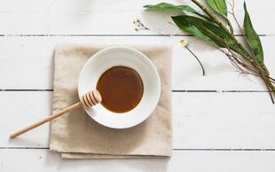 Recept: 4 maske z medom, ki razvajajo vašo kožo (in zakaj koža obožuje med)