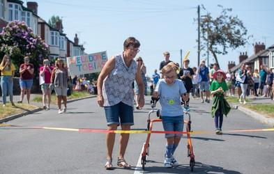 Za navdih: 9-letni Tobias s cerebralno paralizo zaključil svoj dobrodelni maraton!