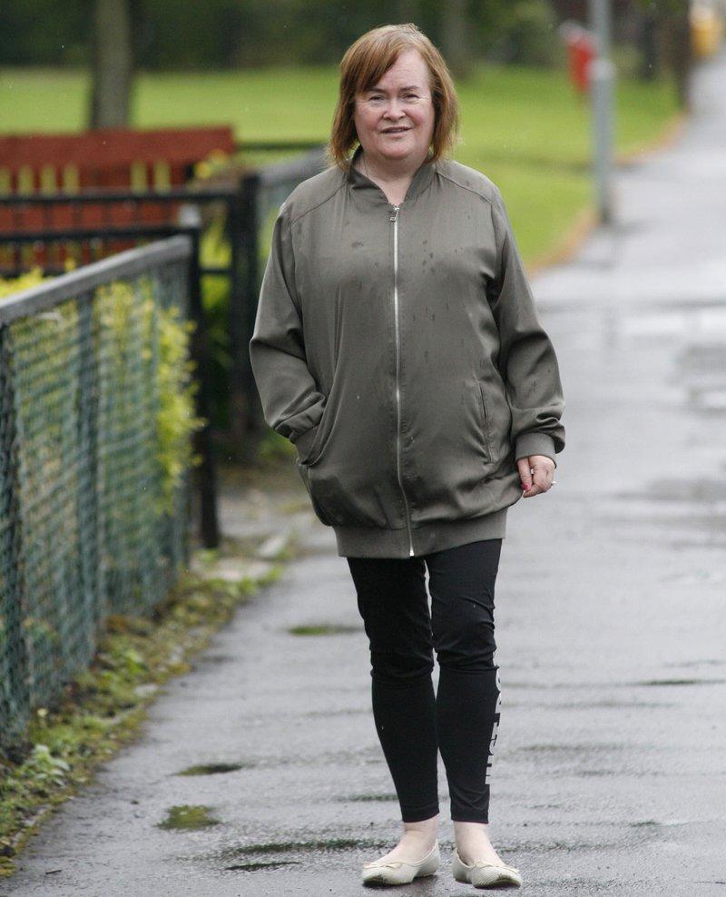 Susan Boyle na sprehodu v bližini doma v Blackburnu.