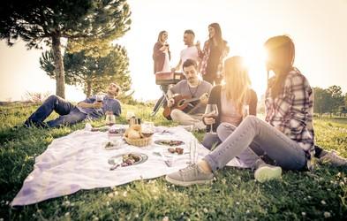 Sezona piknikov JE ODPRTA!  In mi imamo TOP recepte in ideje za nepozabne piknike na domačem vrtu!