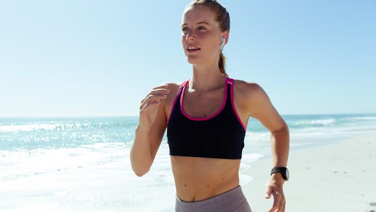 Ali res pokurimo več, če tečemo in telovadimo v vročini (foto: Profimedia)
