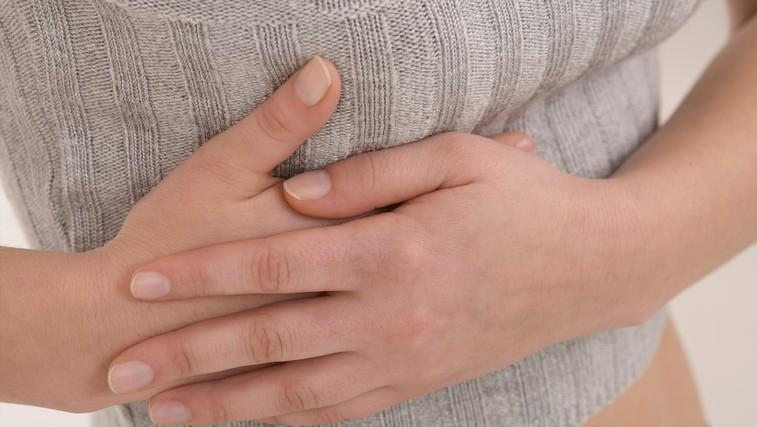 Zakaj bi morali tople dlani polagati na desni rebrni lok (foto: Profimedia)