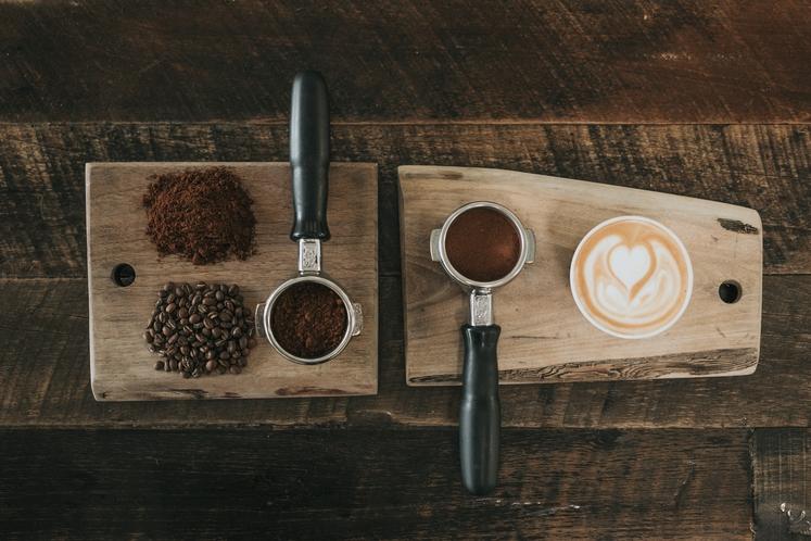 ANTIOKSIDANTI Kofein (in kava) je visoko na seznamu živil, ki vsebujejo veliko antioksidantov - konkurirajo celo jagodičju. Antioksidanti upočasnjujejo staranje, …