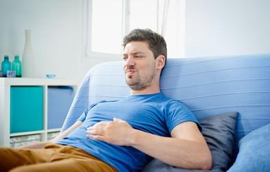 8 preverjenih načinov, kako se hitro znebiti napihnjenosti (in kdaj bi vas moralo skrbeti)