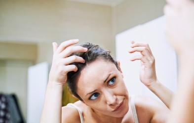 Če vas neprestano srbi lasišče in ste dobili prhljaj … Lahko gre tudi za luskavico in z zdravljenjem morate začeti ta trenutek!