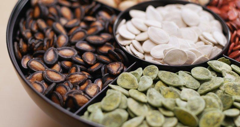 Tradicionalni kitajski novoletni prigrizki, med njimi tudi pražena semena lubenice.