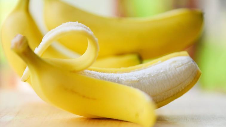 Ali banane že ves čas jemo narobe? Bi si morali banano v resnici privoščiti z olupkom? (foto: Profimedia)