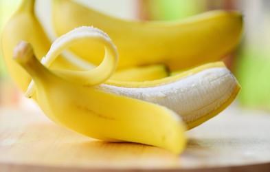 Ali banane že ves čas jemo narobe? Bi si morali banano v resnici privoščiti z olupkom?