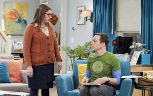 Se spomnite Amy iz serije Veliki pokovci (The Big Bang Theory)? Tako izgleda in to počne danes!