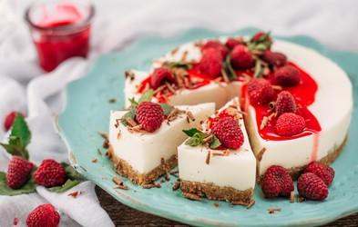 RECEPT: Cheesecake z malinami – klasična in veganska različica (brez peke in brez želatine)