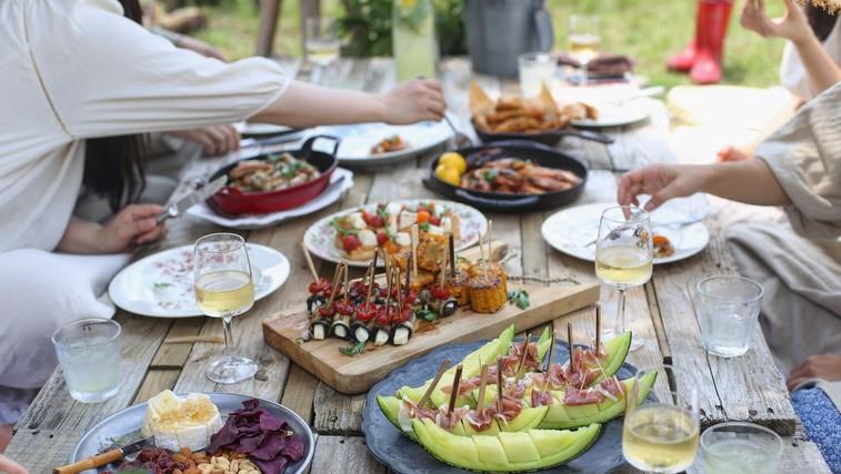 Osvežen recept za to priljubljeno poletno prilogo, ki ne manjka na nobenem pikniku (foto: unsplash)