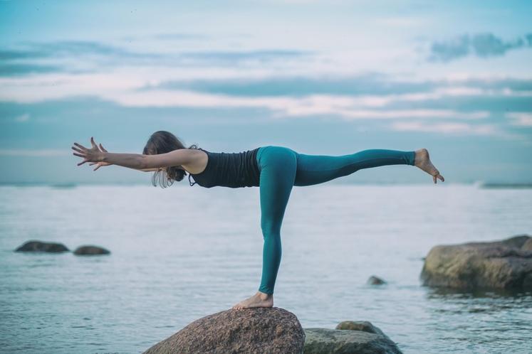 BOJEVNIK III Pri vaji morate poleg trebušnih mišic napeti tudi noge, hkrati pa krepite še gležnje in skrbite za lepšo …