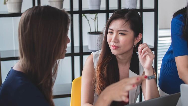 7 navad, ki se jih čim prej znebite (ker si drugi zaradi teh zlahka ustvarijo napačen vtis o vas) (foto: Mimi Thian | Unsplash)