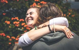 Kaj naredi življenje lepše in kaj nas v resnici osreči? Lekcije iz najdaljše raziskave o sreči (VIDEO)