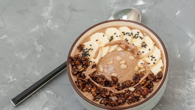 Čokoladen zajtrk: Banana split smuti skleda (foto: profimedia)