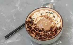 Čokoladen zajtrk: Banana split smuti skleda