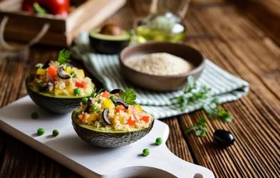 Lahek poletni recept: Piščančja solata postrežena v avokadu