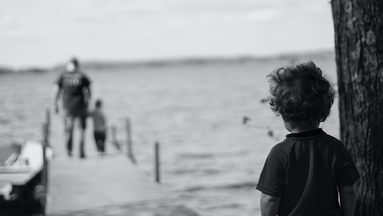 5 travm iz otroštva, ki lahko še danes vodijo vaše življenje (foto: Katherine Chase | Unsplash)
