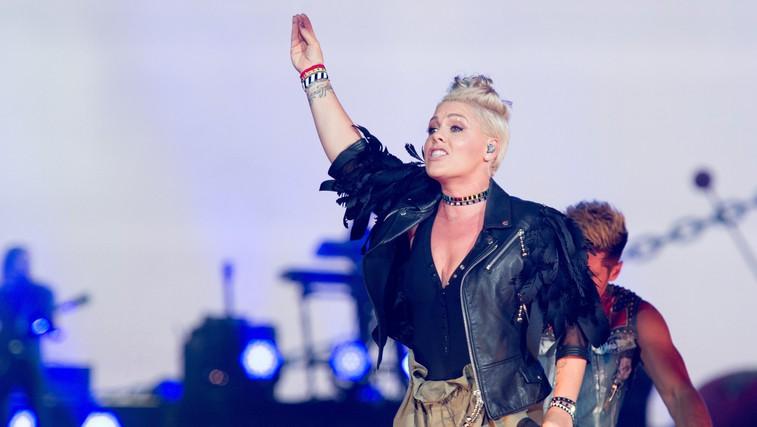 Zakaj bi tako moški kot ženske morali redno izvajati vaje za moč? (pevka P!nk ponosno pokazala svoje mišice) (foto: profimedia)