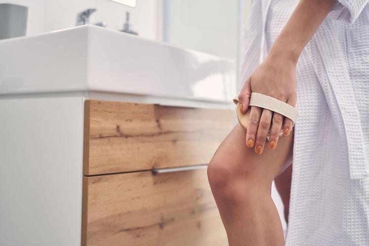 ZAKAJ BI KRTAČILI SVOJO KOŽO? S suhim krtačenjem želimo s kože odstraniti odmrle celice in pospešiti krvni pretok. Pri tem …