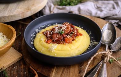 Recept: Kremna polenta s tolmincem in ragu s klobaso