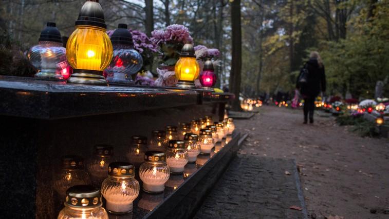 V spomin mrtvim lahko letos prižgete virtualne sveče (foto: profimedia)