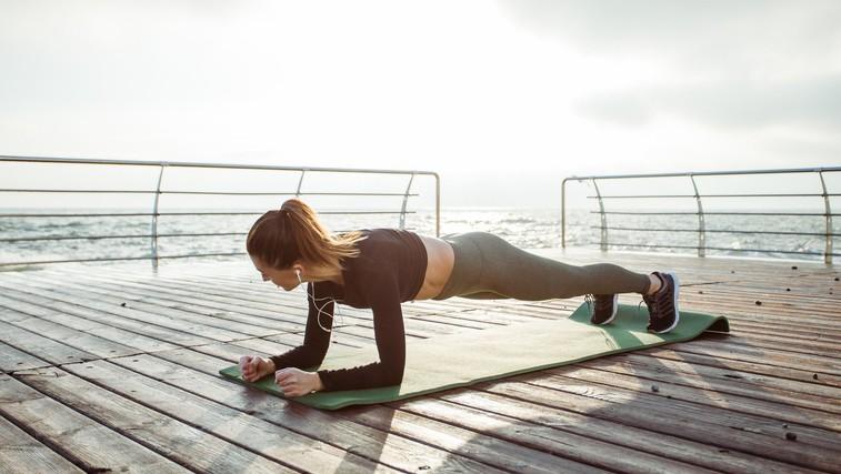 Bi radi še bolj okrepili trebušne mišice? Vajo 'plank' začnite izvajati tako (foto: Profimedia)