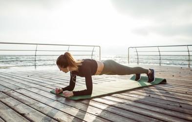 Bi radi še bolj okrepili trebušne mišice? Vajo 'plank' začnite izvajati tako
