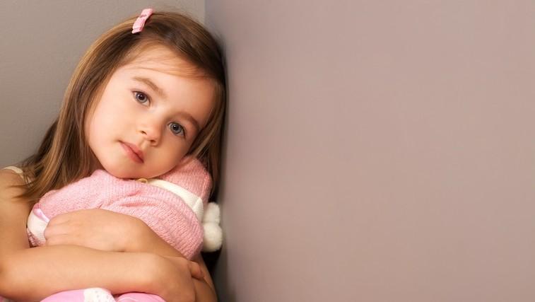 Otrok vam ne bo povedal, da čuti tesnobo, a bo to morda pokazal na TA način – pravočasno prepoznajte znake! (foto: Profimedia)