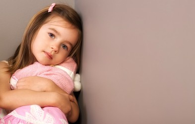 Otrok vam ne bo povedal, da čuti tesnobo, a bo to morda pokazal na TA način – pravočasno prepoznajte znake!
