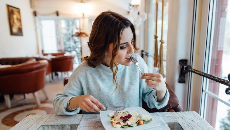"""""""Vesela sem bila, da sem končno našla pravi način prehranjevanja"""" (ko gre zdravo prehranjevanje ZELO čez mejo) (foto: profimedia)"""