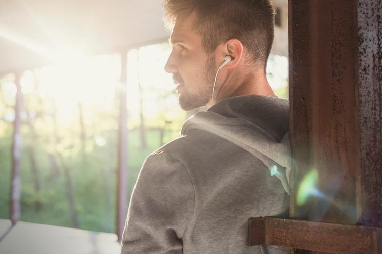POSLUŠAJO GLASBO Kdo ne mara glasbe? Ta ne le zapolni čas med vožnjo, in ko ste na poti, ampak ima …