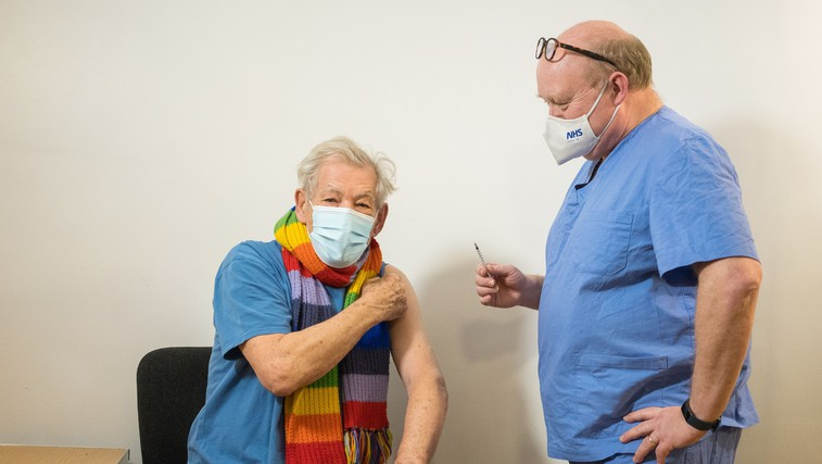 Sir Ian McKellen, zvezdnik trilogije Gospodar prstanov, cepljen proti virusu covid-19 (foto: profimedia)