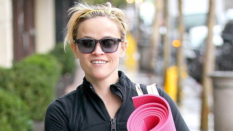 Imate zaradi treninga zakrčene mišice? Sprostite telo z masažnim valjem tako kot igralka Reese Witherspoon (Video) (foto: profimedia)