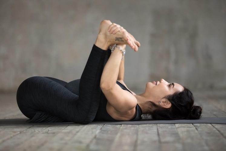 VESEL OTROK Najprej se sprostimo. Ulezite se na hrbet. Upognite kolena (kot na sliki) in se z rokami primite na …