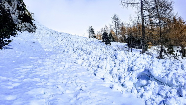 Planinska zveza Slovenije opozarja: Bodite pripravljeni tudi na snežni plaz! (foto: Matjaž Šerkezi)