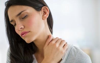 Olajšajte bolečine v vratu in ramenih s 5 preprostimi vajami (VIDEO)