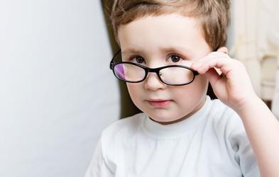 Med posledicami boja proti epidemiji tudi poslabšan vid pri otrocih
