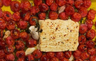 Instagram kuharski hit: testenine z omako iz pečenih paradižnikov in feta sira (odlično in enostavno!)