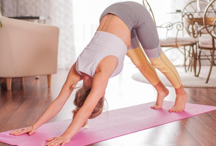 NAVZDOL OBRNJEN PES V jogi precej priljubljena vaja ni tako lahka, kot izgleda, ampak vam bo telo hvaležno, če jo …