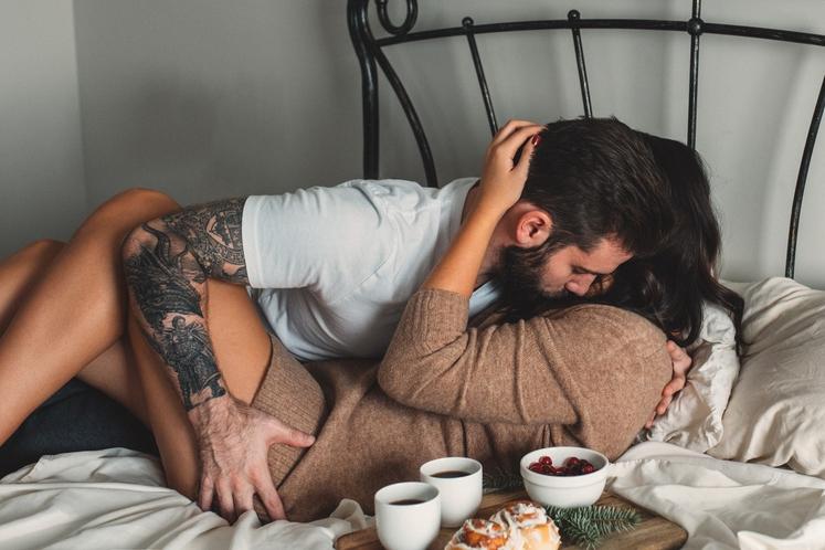 V TRDNEM RAZMERJU JE VELIKO SEKSA Spolnost je seveda pomembna v romantičnem razmerju, ampak ali je res vedno na prvem …